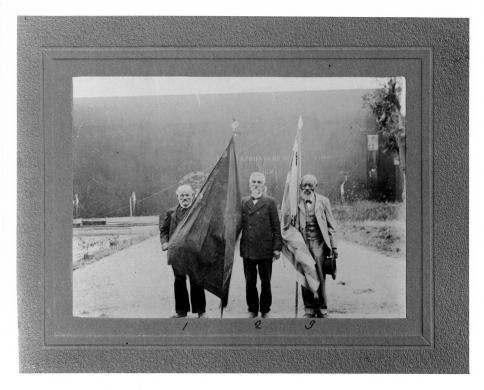 Anonimo, Tre Reduci garibaldini: Bartolomeo Servetti, Pietro Viglione, Genaro Marquez, 1907, stampa ai sali d'Ag, CC BY-NC-ND
