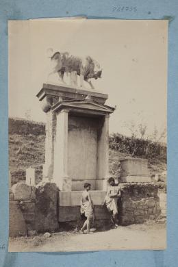 Von Plushow, Wilhem, Atene, Cimitero Keramikos, Ragazzi posano davanti al monumento funebre di Dionisio di Kollistos, Albumina su carta, CC BY-NC-ND