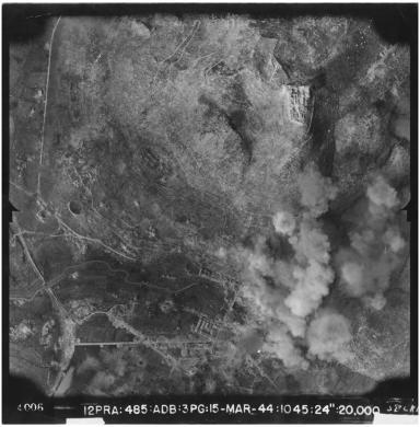 MAPRW (USAAF), Cassino (FR). Terza battaglia di Montecassino - bombardamento sulla città, Gelatina ai sali d'argento-carta, CC BY-SA