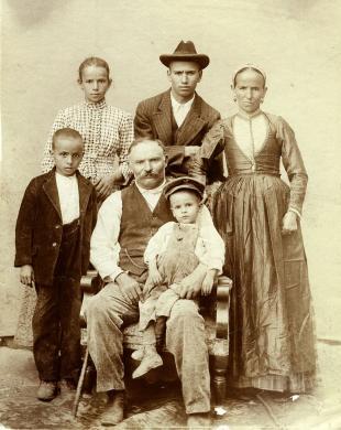 Non identificato, Cosenza. Gruppo familiare., Stampa alla gelatina ai sali d'argento, CC BY-NC-ND