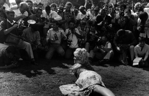 Mario De Biasi, Brigitte Bardot al Festival del Cinema, Venezia, stampa ai sali d'argento, CC BY-SA
