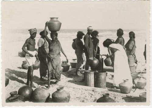 Fotografo ignoto, India: fontana sullo stretto di Palk, gelatina a sviluppo, CC BY-SA