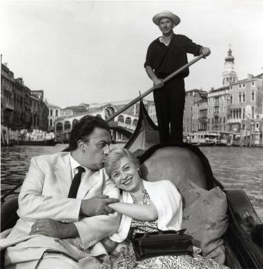 De Biasi, Mario, Giulietta Masina e Federico Fellini sul Canal Grande, Venezia, stampa ai sali d'argento, CC BY-SA
