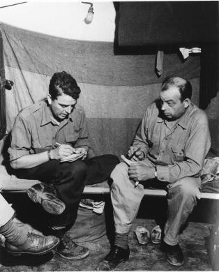 ---, John Phillips e Antoine de Saint Exupery il giorno prima del suo ultimo volo,, stampa ai sali d'argento, CC BY-SA