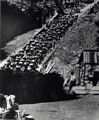 ---, La scala della morte, Mauthausen, stampa ai sali d'argento, CC BY-SA