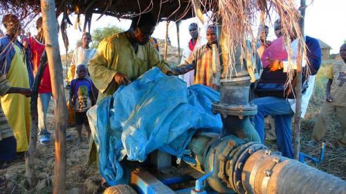 Collettivo Semi Rari, Progetto Fiume Niger - Capo villaggio accende la pompa dell'acqua, Digitale, CC BY-SA