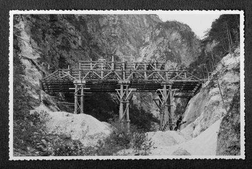 ---, Centinatura per ponte ad arco ribassato sul Rio Slip, stampa ai sali d'argento, CC BY-SA