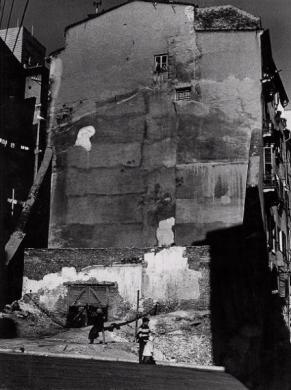 Bruzzone, Dino, Le mura di Malapaga, stampa ai sali d'argento, CC BY-SA