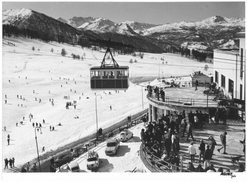 anonimo, Paesaggio invernale montano, in primo piano una funivia, carta/gelatina, CC BY-SA