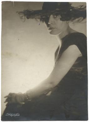 Bragaglia, Ritratto di Amalia Guglielminetti, carta/gelatina, CC BY-SA