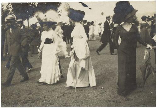 anonimo, Eleganza femminile all'Ippodromo di Mirafiori, 1900 post, albumina, CC BY