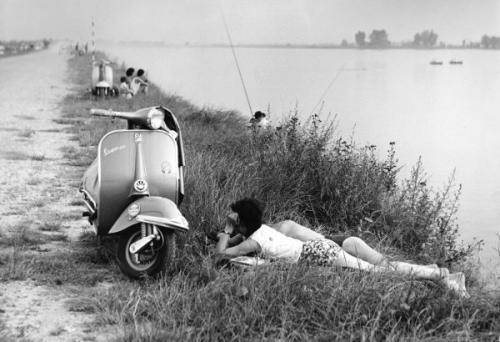 Cattaneo, Mario, dalla serie Una domenica all'Idroscalo, gelatina bromuro d'argento / carta, CC BY-NC-ND