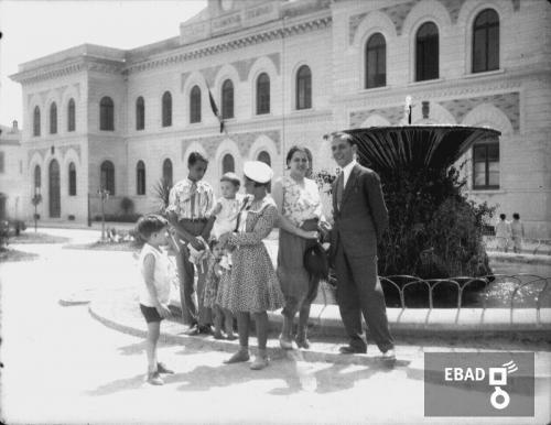 Gallotta, Luigi, Gruppo familiare in piazza della Repubblica, già piazza Francesco Spirito ad Eboli (Sa), Pellicola, CC BY-NC-ND
