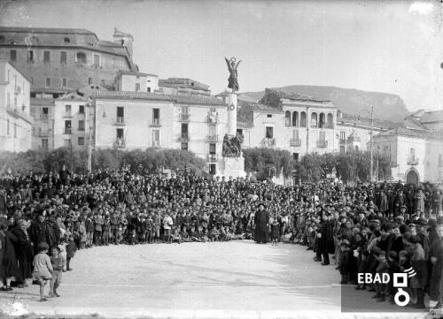 Gallotta, Luigi, Manifestazione pubblica accanto al Monumento ai caduti in piazza della Repubblica, già piazza Francesco Spirito ad Eboli (Sa), Lastra di vetro con sali d'argento, CC BY-NC-ND