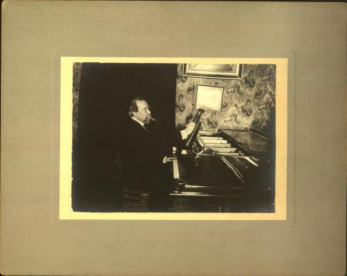 Anonimo, [ Ritratto di Giovanni Sgambati al pianoforte], CC BY-SA