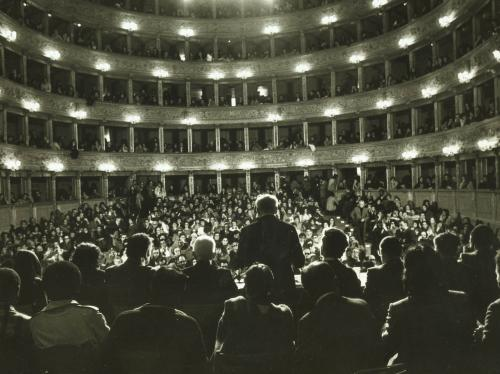 Lelio Basso legge la Sentenza finale al Tribunale Russell II (Roma, Teatro Argentina, gen. 1976), CC BY-SA
