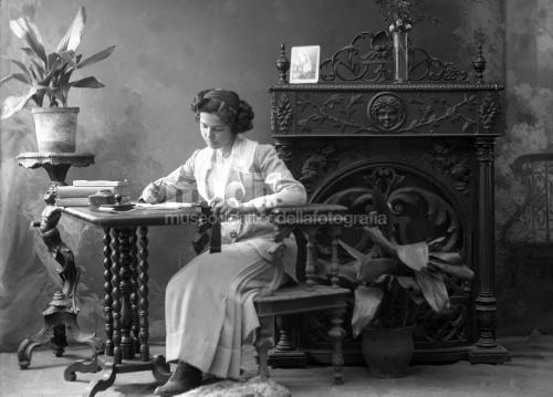 Anonimo, Giovane donna ritratta in atelier, gelatina bromuro d' argento/ vetro, CC BY-SA