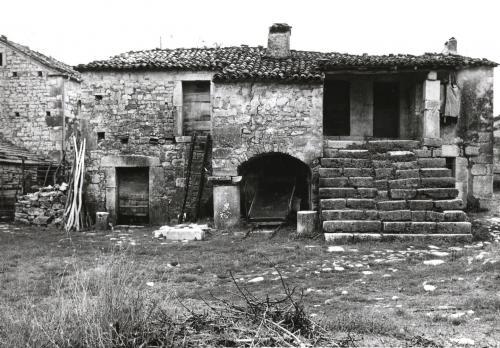 Casa con colonna - Altilia - Sepino (CB), negativo b/n, CC BY-SA