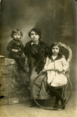 Gandini, C., Ritratto di madre con figli dalla Raccolta Gianni Siviero, gelatina bromuro d'argento / carta / viraggio seppia, CC BY-NC-ND