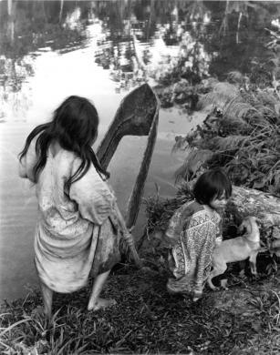 Patellani, Federico, Selva Lacandona, Messico. Due bambini della tribù nomade. Dalla serie America Pagana, gelatina bromuro d'argento / carta, CC BY-NC-ND