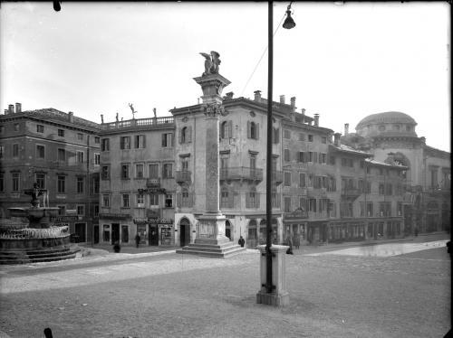 Soprintendenza ai Monumenti e alle Gallerie di Trieste, Udine - piazza Contarena, gelatina ai sali d'argento su lastra di vetro formato 18x24, CC BY-NC-ND