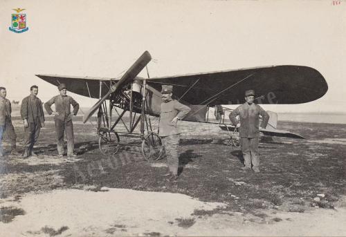 Guerra di Libia. Posa fotografica di gruppo davanti ad un velivolo Blèriot, Gelatina ai sali d'argento, CC BY-SA