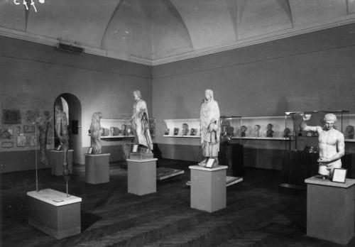 6775_N-Museo di Antichità di Torino, Palazzo dell'Accademia delle Scienze. Allestimento espositivo dopo scissione delle collezioni egizie curato dall'arch. A. Morbelli, 1948, gelatina bromuro d'argento/pellicola, CC BY-SA