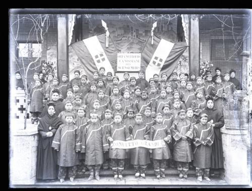 Anonimo, Ritratto di ragazze dell'Orfanotrofio Canossiane, Cina, Negativo su lastra alla gelatina bromuro d'argento, CC BY-SA