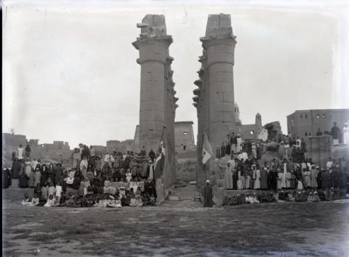 Anonimo, Alunni scuole ritratti presso le rovine di Tebe - Luxor, Negativo su lastra alla gelatina bromuro d'argento, CC BY-SA