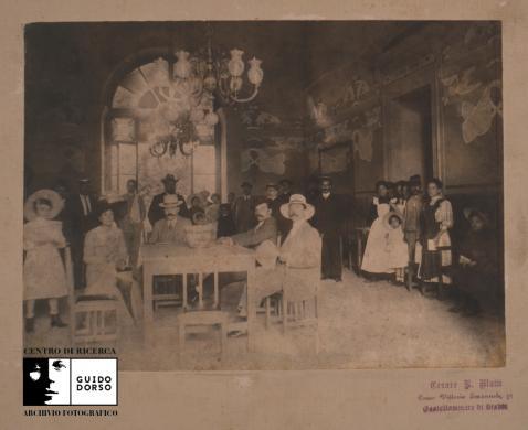 Mutti, Cesare Rodolfo, Terme di Castellammare di Stabia, seduti al tavolo da sinistra Maria Romano e Sabino Mottola (coll. Anzuoni), 1910 circa, Scansione da pellicola fotografica Kodak 6x6, CC BY-SA