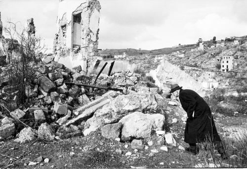 Jodice, Mimmo, L'artista Joseph Beuys ai Ruderi di Gibellina-1981, 1981, CC BY-SA