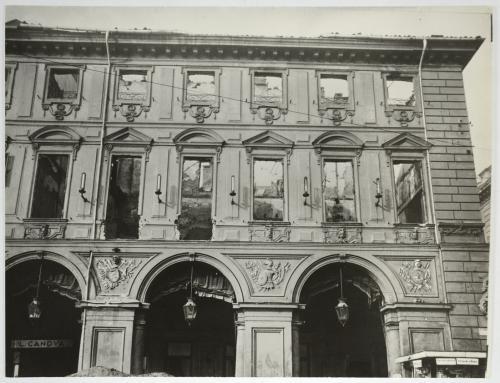 Piazza San Carlo, facciata del Palazzo Renaud di Faliçon dopo le incursioni aeree del luglio 1943, seconda metà del XX secolo secolo, stampa su carta alla gelatina ai sali d'argento, CC BY-NC-ND