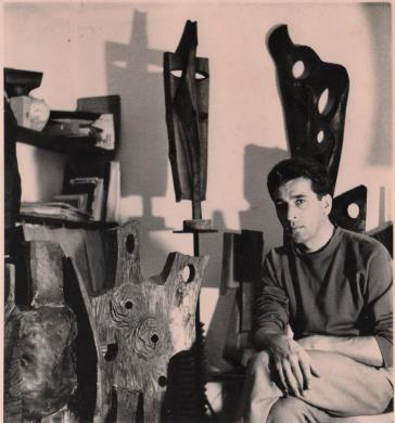 Pino Mucchiut ,con sue opere ,primi anni Sessanta, fotografia su carta bianco e nero, CC BY-SA
