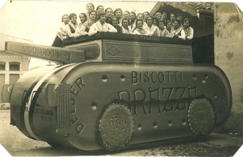 Carro mascherato realizzato dalle maestranze del biscottificio Delser, CC BY-SA