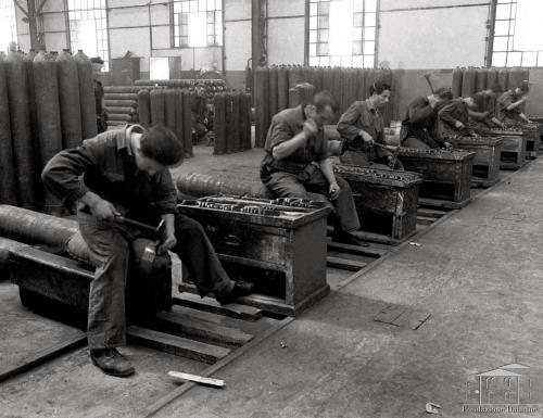 Studio fotografico Da Re, Fondo Dalmine e partecipate - Dalmine. Reparto bombole, punzonatura, 1938 circa, gelatina bromuro d'argento, CC BY-NC-ND