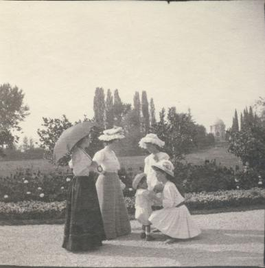 Donne della famiglia Sacerdoti nel parco di Villa Guastalla, Casinalbo (MO) 1908 (Fondo Sacerdoti Giorgio), CC BY-SA