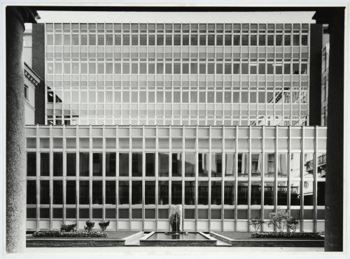 Rampazzi, Giustino, Stabile di piazza San Carlo dopo la ristrutturazione: cortile esterno con manica in vetro e acciaio, post 1963, stampa su carta alla gelatina ai sali d'argento, CC BY-NC-ND