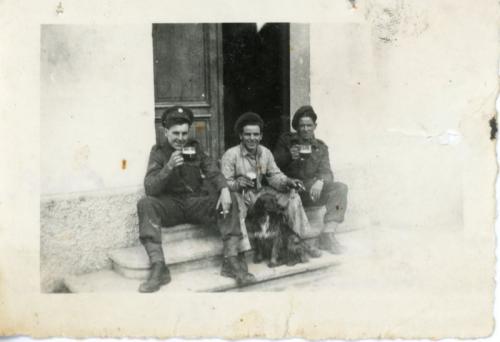 Soldati inglesi davanti alla portineria del Cotonificio Cormor, CC BY-SA