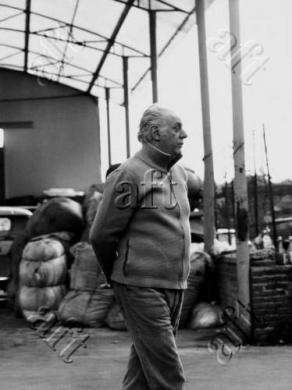 Bencini , Renato (1928/ 1993), Dario Fo tra le balle : inizio anni Novanta, 1990 circa, gelatina ai sali d'argento/ pellicola, CC BY-NC-ND