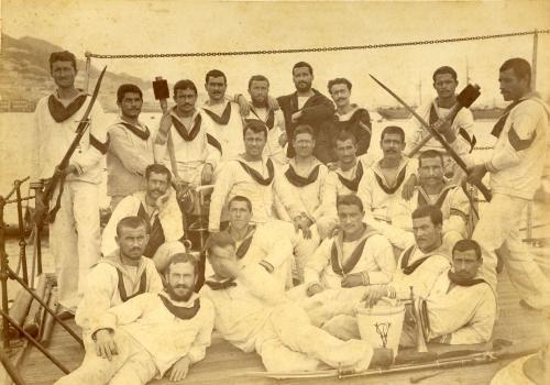 Anonimo, Marinai dell'equipaggio della Vettor Pisani. 1882 ca, albumina, CC BY-SA
