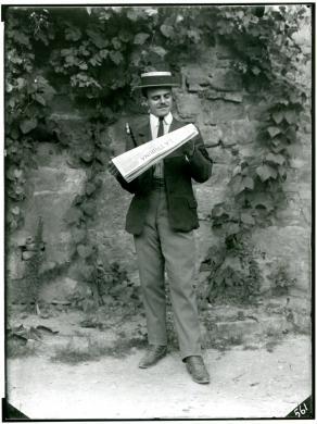 """Filippo Rocci (Fara Sabina, 1881 – Rieti, 1965), Autoritratto con """"La Tribuna"""", 1909 circa, negativo, CC BY-SA"""