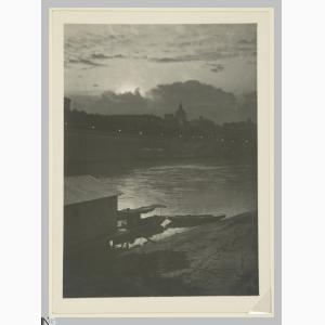 Gustavo Bonaventura (Verona, 1882 – Roma, 1966), Roma. Veduta notturna sul Tevere, 1900-1924, stampa alla gelatina ai sali d'argento, CC BY-SA