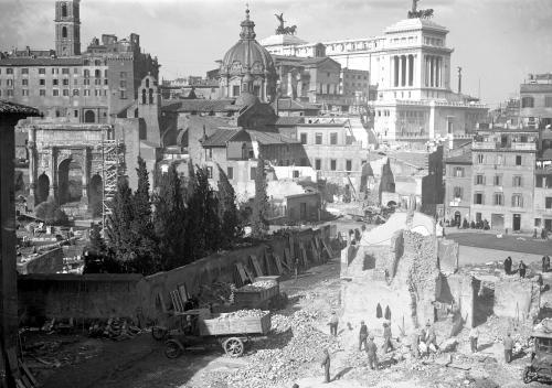 © Istituto LUCE, Operai, colti dall'alto, al lavoro presso un edificio in via di demolizione nel quartiere Alessandrino, 17/02/1932, Gelatina bromuro d'argento (Ngativo 13x18 cm. in vetro), CC BY-NC-ND