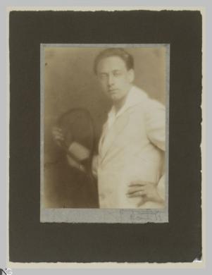Gustavo Bonaventura (Verona, 1882 - Roma, 1966), Autoritratto con la racchetta, 1913, carta salata, CC BY-SA