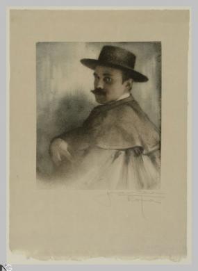 Gustavo Bonaventura (Verona, 1882 - Roma, 1966), Ritratto di uomo con cappello a falde tese e mantello, 1910 circa, stampa ai pigmenti (gomma bicromata), CC BY-SA