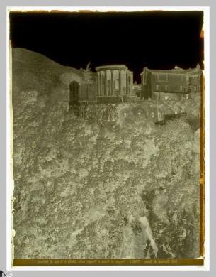 Studio Vasari (Roma, 1870 ca.-1910), Dintorni di Roma. Tivoli. Tempio di Vesta, Tempio della Sibilla e Grotta di Nettuno, 1880-1890, Negativo originale alla gelatina bromuro d'argento, CC BY-SA