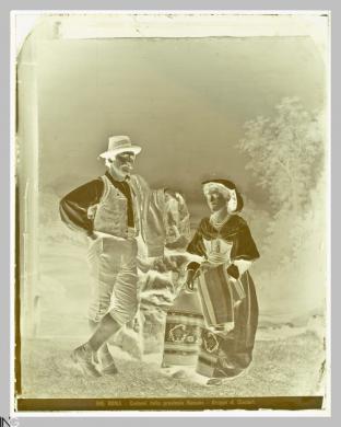 Studio Vasari (Roma, 1870 ca.-1910), Costumi della Provincia Romana. Gruppo di Ciociari, 1870-1875 ca., Negativo originale al collodio, CC BY-SA