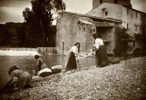 Filippo Rocci (Fara Sabina, 1881 – Rieti, 1965), Sulle rive del Tevere, 1911, stampa originale al carbone, CC BY-SA