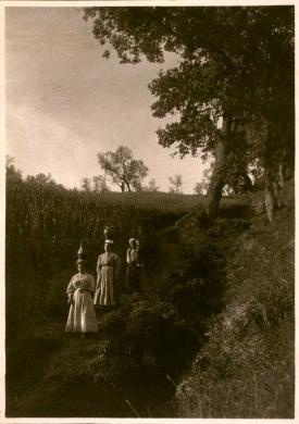 Filippo Rocci (Fara Sabina, 1881 – Rieti, 1965), Ritorno dalla fonte, 1911 circa, stampa originale al carbone, CC BY-SA