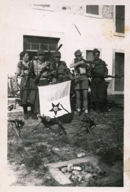 Partigiani del Battaglione Roiatti inquadrato nella Brigata Ippolito Nievo appartenente alla Divisione Sud Arzino Fratelli Roiatti, 1945, gelatina ai sali d'argento/carta, CC BY-NC